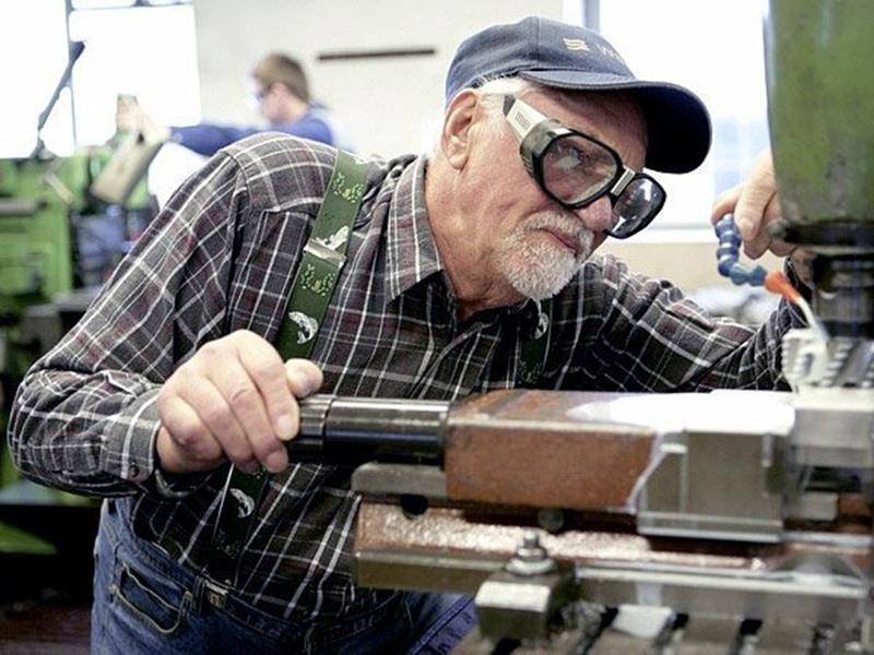 Работающий пенсионер будет получать зарплату или пенсию?