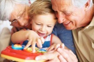 Как оформить декретный отпуск на бабушку, если она работает?