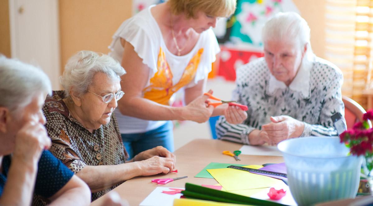 Пенсионеры занимаются художественной самодеятельностью