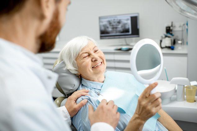Как пенсионерам лечить зубы по полису ОМС