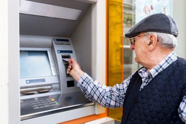 Зачем пенсионерам менять карту на МИР
